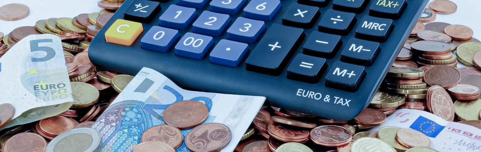 Taschenrechner mit Euro Münzen und Scheine